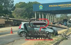 Condutor colide em poste de iluminação no Posto da Polícia Rodoviária Federal em Ji-Paraná