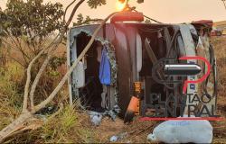 Ônibus tomba há 16 quilômetros de Porto Velho e pelo 15 pessoas são socorridas gravemente