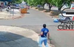 Milagre! Vídeo mostra o momento exato que motociclista é arrastado por caminhonete F1000