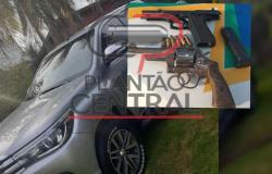 Polícia Militar prende dupla de assaltantes com duas armas de fogo, de bando de quadrilha,  que renderam família e roubaram caminhonete