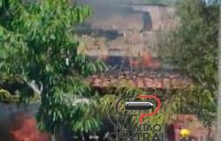 Casa e carro são destruídos pelo fogo após um possível vazamento de gás