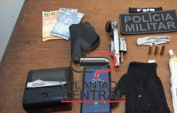 Polícia Militar prende homem com arma de fogo ao desembarcar de moto táxi