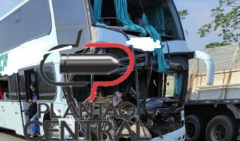 Corpo de Bombeiros socorre seis pessoas até ao Hospital após colisão entre ônibus e carreta na BR 364