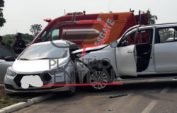Condutor de caminhonete invade BR 364 no Anel viário e arrasta HB20 por aproximadamente 10 metros, vítimas foram socorridas ao Hospital Municipal