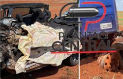 Mulher tem o corpo dilacerado e carro destruído ao colidir frontalmente com carreta carregada de milho em Campo Novo dos Parecis