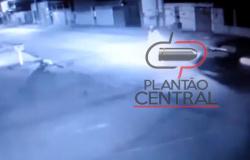 Veja vídeo! Carro invade pista contrária e colide em motocicleta e casal morre ao receber atendimento médico