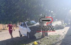 Vídeo mostra momento exato que Condutor com sintomas de embriaguez colide em árvore e por milagre não termina em tragédia em Ji-Paraná.