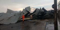 Vídeo! Estrutura metálica  de Barracão e arrancada por vendaval em Ji-Paraná