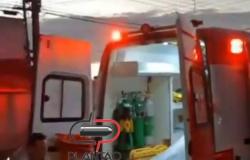 Homem é preso após tentar destruir ambulância enquanto era socorrido