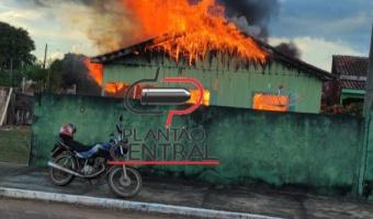 Idosa é resgatada em residência que foi destruída em incêndio.