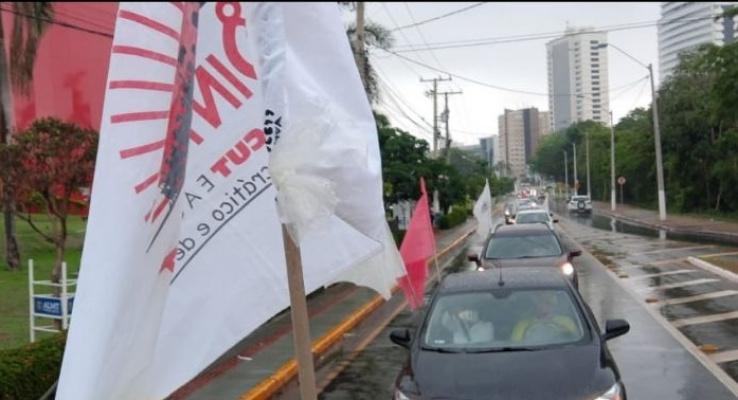 Servidores aposentados enfrentam chuva para cobrar do governo a sanção do PLC 36