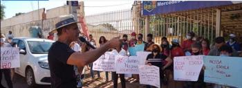 Profissionais da educação protestam contra o fechamento de três Escolas Públicas e um CEJA em Várzea Grande