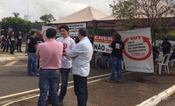 Manifestantes em frente a Eletronorte em Cuiabá (Foto: João Dourado/ CUT)
