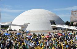 """Baixa adesão e """"fuga"""" de políticos da oposição frustra protestos"""