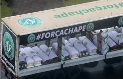 Comoção marca velório e despedida aos atletas da Chapecoense