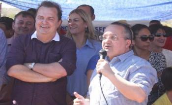 Secretário da Casa Civil, Max Russi e o governador Pedro Taques: governo do Estado vai repetir setembro e pagar servidores por faixa salarial (Foto:GCom-MT)