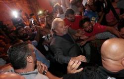 Lula se apresenta à PF para consumar sua prisão política e sem prova alguma de crime
