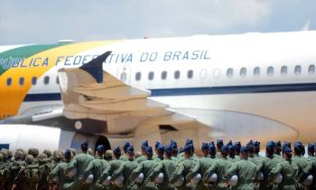 Militares em frente a um avião da FAB. (Foto:Tereza Sobeira/MiD)