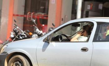 Dirigir e falar ao celular pode aumentar em quatro vezes o risco de acidente (Foto:Arq.Web/Reprodução)