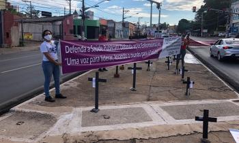 O protesto foi na principal avenida da região central de Cuiabá e lembrou os profissionais que estão na linha de frente de combate à Covid 19 e acabaram morrendo (Foto:Tafnys Hadassa/Via Whatsapp)