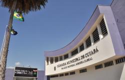 """Com gritos de """"Vergonha, Vergonha"""", cidadãos protestam contra 26,2% aumento dos Vereadores em Cuiabá."""