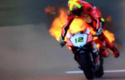 Piloto espanhol sofre queimaduras após moto pegar fogo