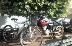 Adolescente é detido após fazer família refém, roubar caminhão e furtar moto