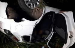 Ladrões trocam tiros com a PM e capotam carro; um é baleado