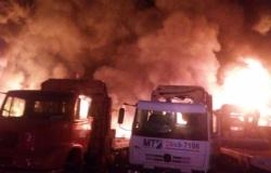 Barracão e cinco veículos são consumidos por incêndio em empresa de reciclagem