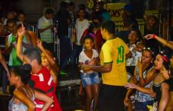 Orla do Porto reúne famílias cuiabanas em Carnaval animado com muito axé
