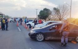 Blitz flagra 13 motoristas dirigindo após beber; três são presos