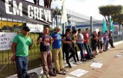 Servidores da Educação se acorrentam em frente ao Palácio Paiaguás
