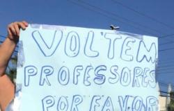 Pais se manifestam em avenida pelo fim da greve dos professores
