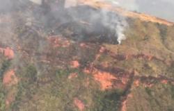 Bombeiros combatem incêndio na Serra da Petrovina; veja vídeos
