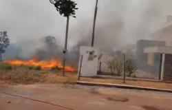 Incêndio toma conta de condomínio na saída de Cuiabá; veja vídeos