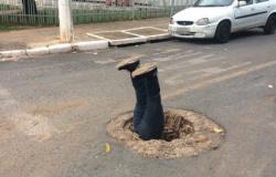 Moradores colocam boneco de cabeça para baixo em buraco