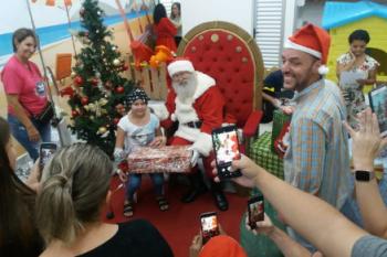 Papai Noel da Arena Encantada visita pacientes da Santa Casa