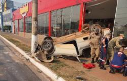 Motorista perde controle, bate em poste e vai parar dentro de pizzaria; vídeo e fotos