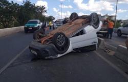 Carro capota sobre viaduto e complica o trânsito na Miguel Sutil