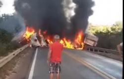 Carretas pegam fogo e motoristas morrem carbonizados na 163