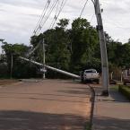 Motorista perde controle da direção de caminhonete e atinge poste em Alta Floresta