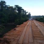 """hauahuahauhauhauahhauhauahuahuahauhuCaminhoneiro """"apaga fogo"""" sobre a ponte na MT-160 em Nova Monte Verde"""