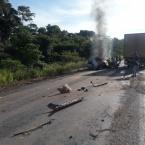 Uma pessoa morre carbonizada em colisão entre carro e caminhão na MT-208