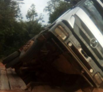 Caminhão fica pendurado em ponte de madeira em comunidade rural de Nova Bandeirantes