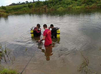 Bombeiros fazem buscas a homem desaparecido na represa em Carlinda
