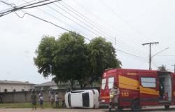 Após batida, veículo tomba na avenida do Setor D, em Alta Floresta