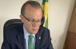 """""""Desinformação está matando o povo"""", afirma relator da Comissão da Covid-19"""