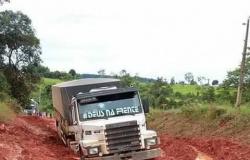 Atoleiros em rodovias no Nortão isolam municípios; carretas com alimentos e combustível ficam paradas
