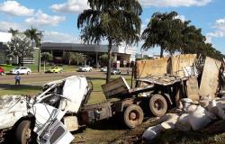 Motorista perde controle e carreta tomba em Lucas do Rio Verde