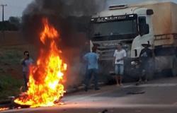 Motociclista bate em carreta e pega fogo entre os municípios de Matupá e Guarantã